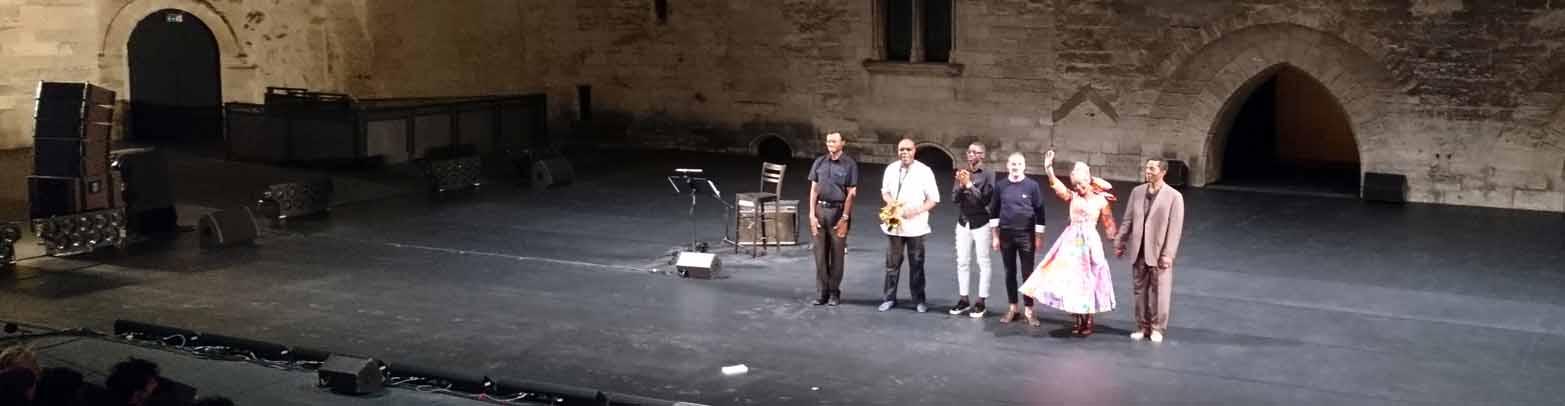 Angélique Kidjo verabschiedet sich vom Publikum in Avignon