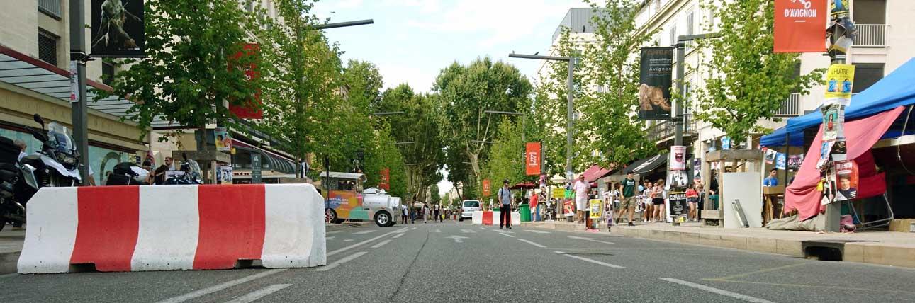 Betonblöcke auf der rue de la Républiqur sollen Anschläge mit dem LKW verhindern
