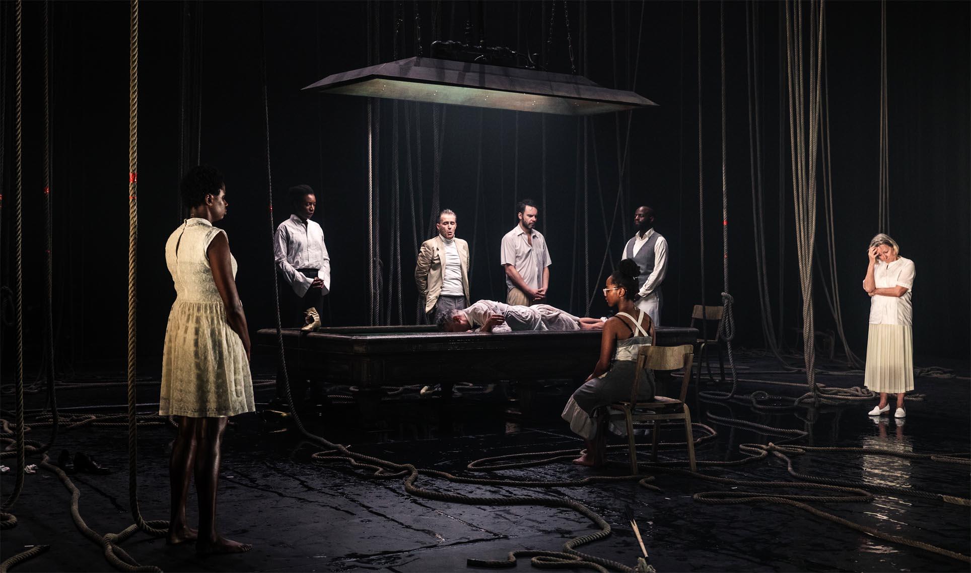 Vier schwarze vier weiße Akteure bilden das Ensemble