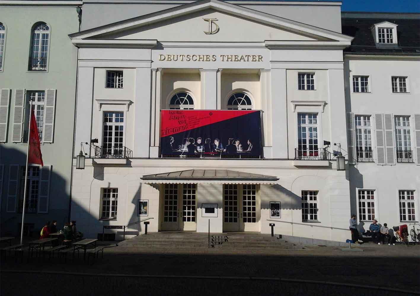 Die Fassade des Deutschen Theaters mit der Spielzeitfahne