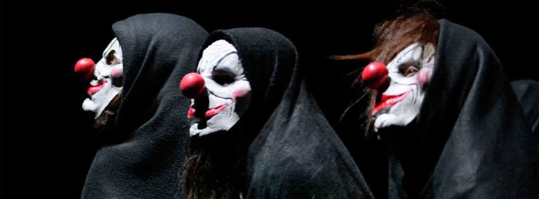 Drei Clowns mit schwarzem Unhang