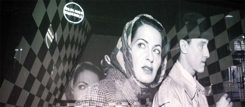Eine Aufführung im Stile des Film Noir mit vielen Videoprojektionen