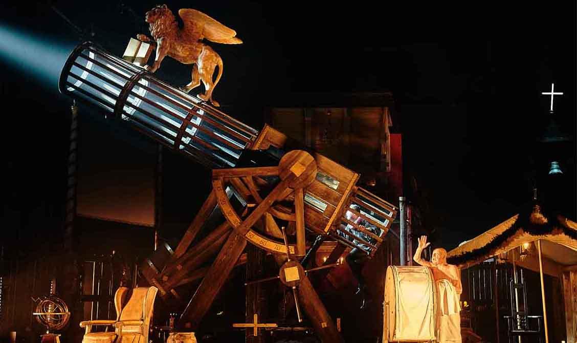 Jürgen Holtz spielt Galileo Galilei