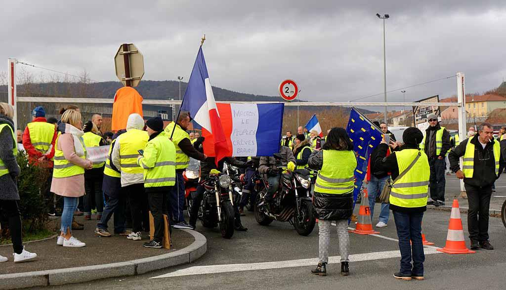 Das Volk der Gelbwesten versammelt sich am Kreisverkehr