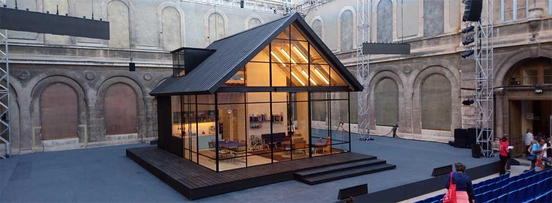 Ein Glashaus im Hof eines Gymnasiums, auch das ist Avignon zu Festivalzeitenn