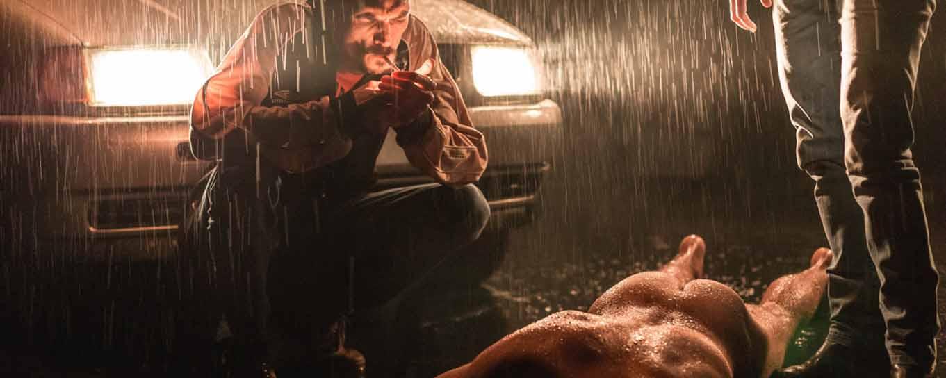 Ein Mann am Boden, nackt, seinen Mördern ausgeliefert
