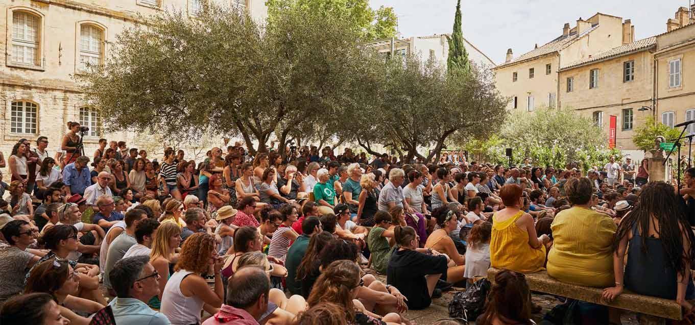 Nachdenken bei freiem Eintritt, im Schatten der Olivenbäume