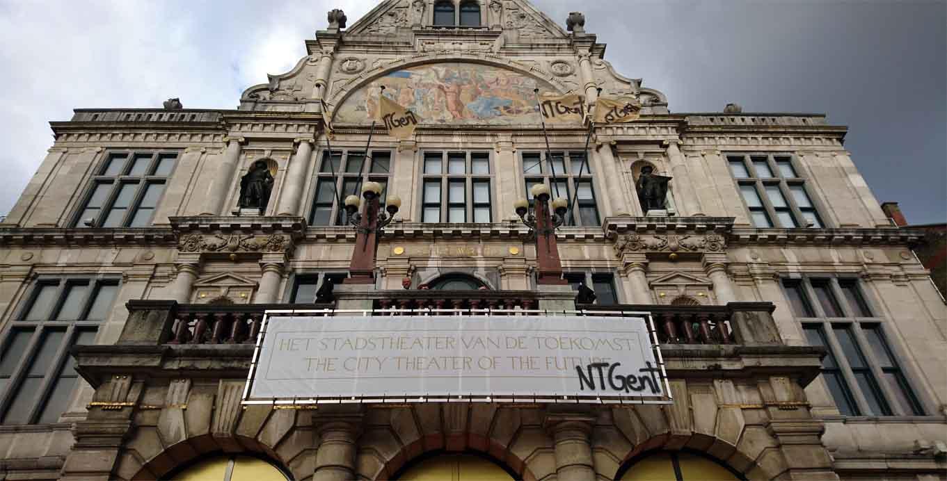 """""""Das Stadtdtheater der Zukunft"""" - Banderole auf der Fassade des NTGent"""