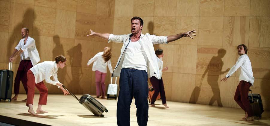 Rollenkoffer und Durcheinander auf der Odyssee-Bühne