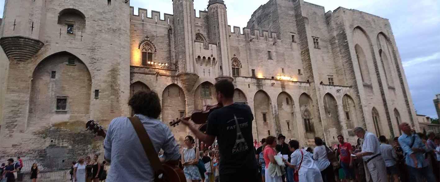 Papstpalast mit Straßenmusikern