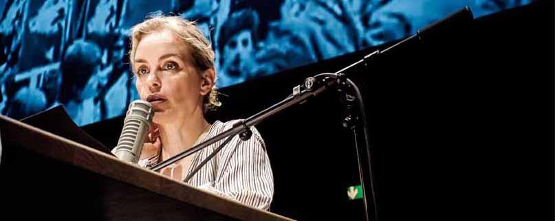 Nina Hoss spielt die Kommentarsprecherin Kathrin