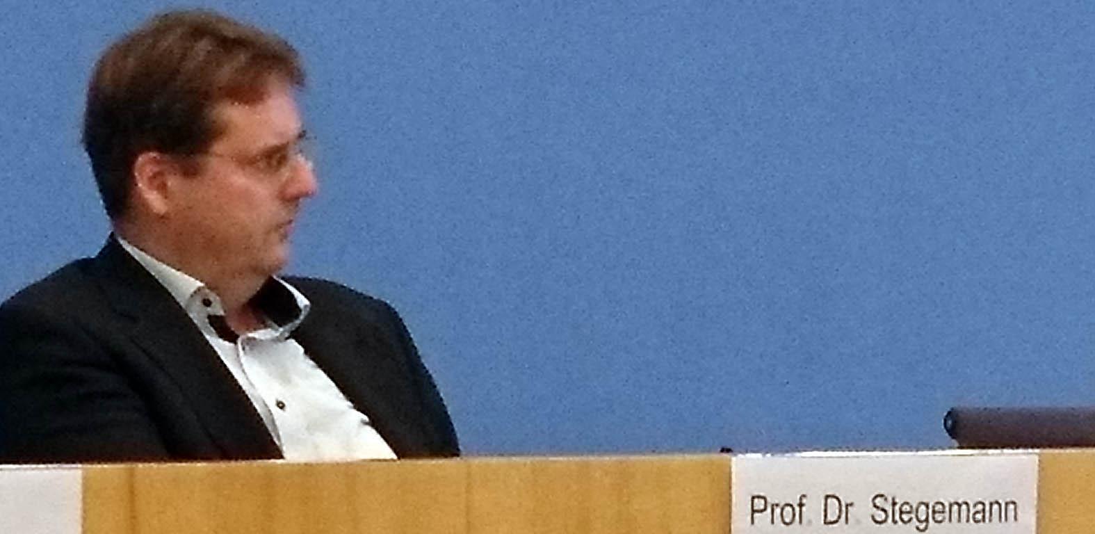 Bernd Stegemann auf dem Podium der Bundespressekonferenz