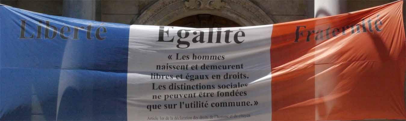 Die Tricolore vor dem Rathaus von Avignon