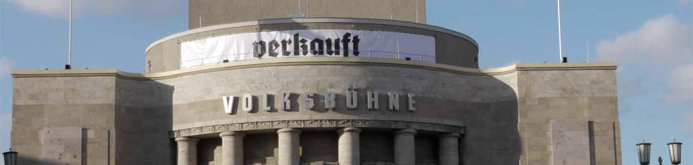 """Die Volksbühnenfassade schmückt der Schriftzug """"verkauft"""""""