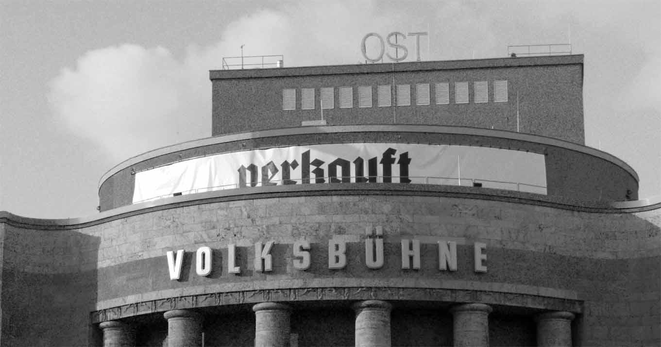 """Die Fassade der Volksbühne mit dem Schriftzug """"verkauft"""""""