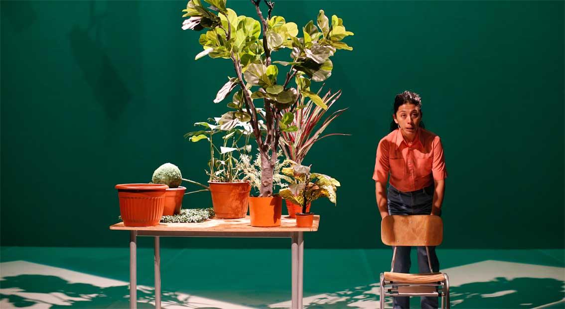 Die Performerin auf dem Weg in die Pflanzenexistenz