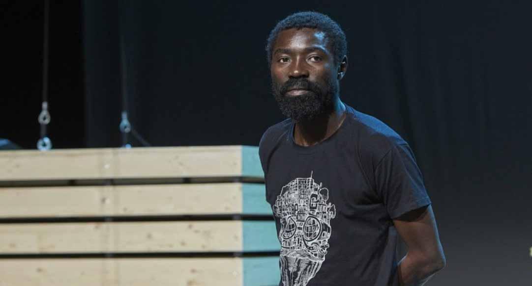 Der Theaterkünstler Dieudonné Niangouna bei dem Proben