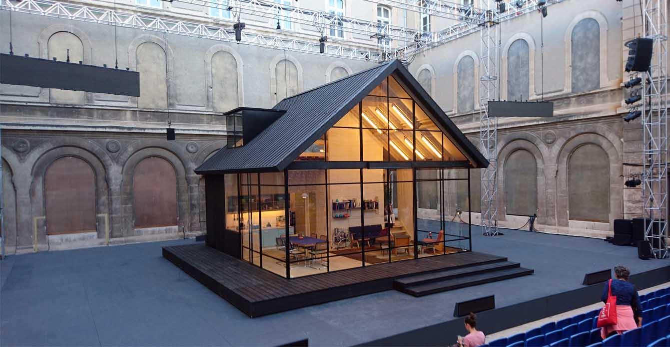 """Auch """"Ibsen Huis"""" spielt in einem Glashaus, hier im Hof des Lycée Saint-Joseph"""
