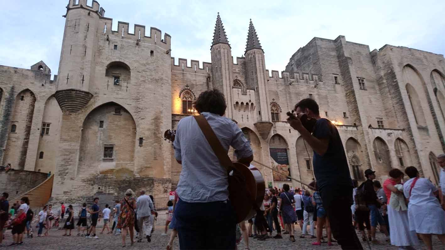 Straßenmusiker auf dem Platz vor dem Papstpalast in Avignon