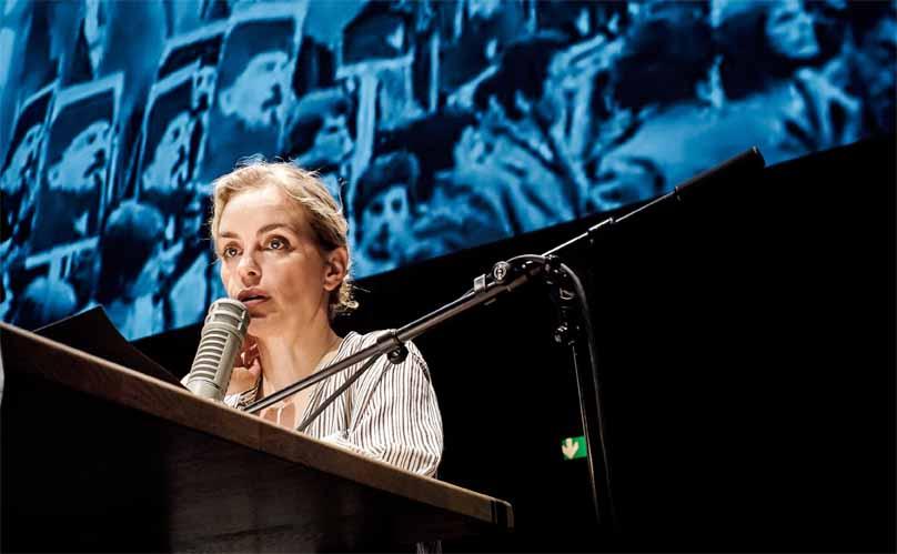 Nina Hoss beim Vorlesen des Kommentartextes
