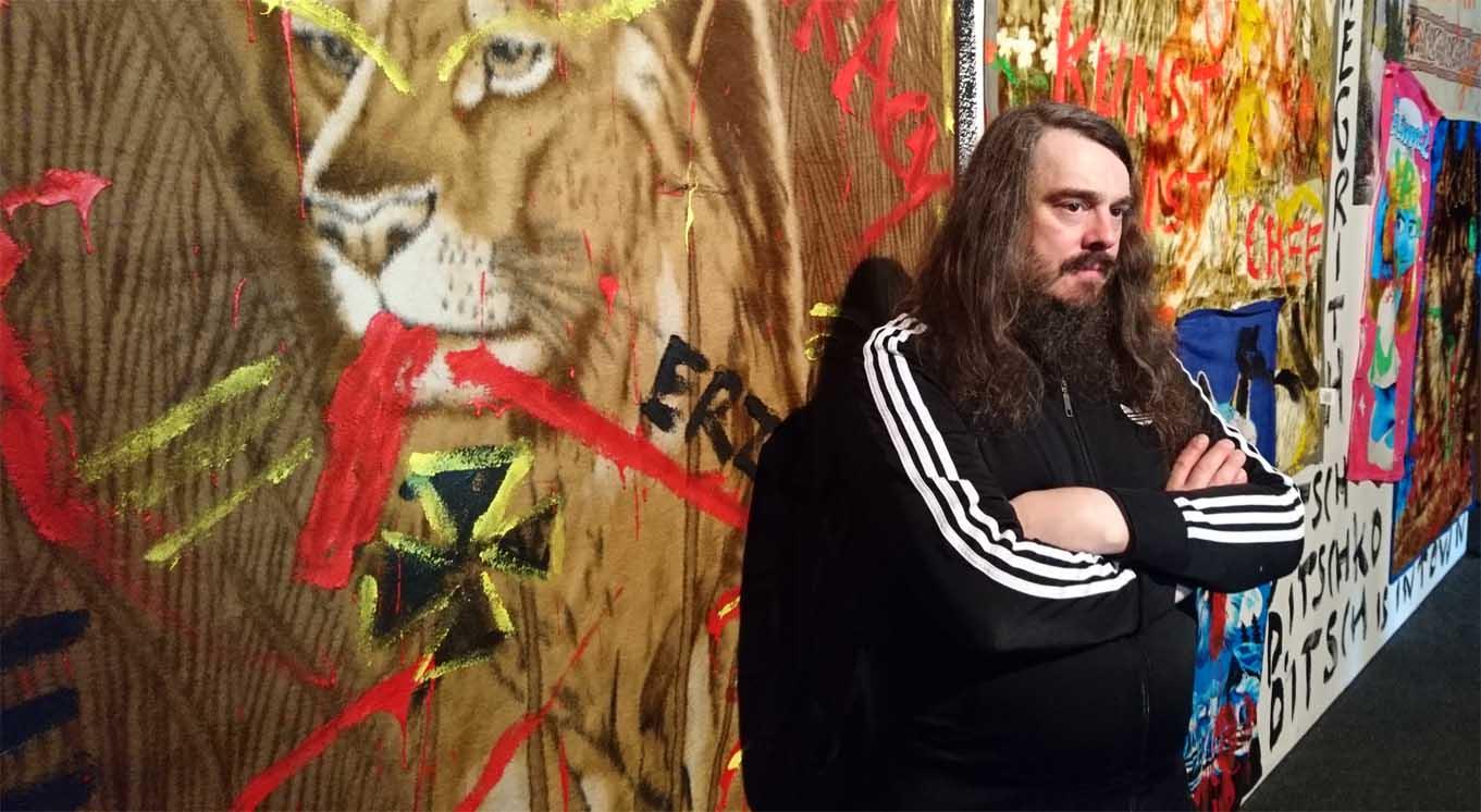 Jonathan Meese vor einer seiner Installationen im Haus der Berliner Festspiele