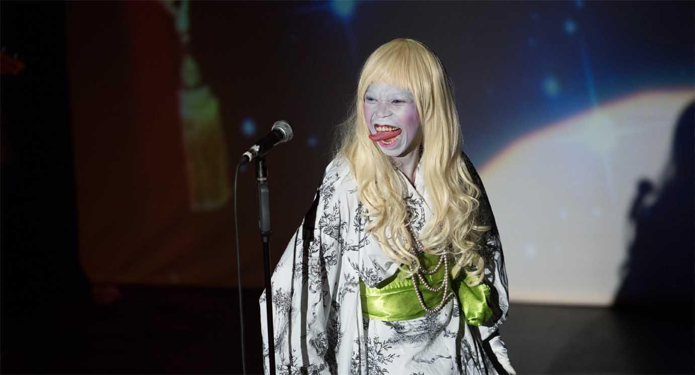 Die Performerin Ntando Cele hat ihr Gesicht weiß überschminkt