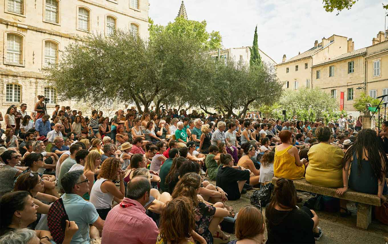 kollektives Nachdenken im Schatten der Olivenbäume