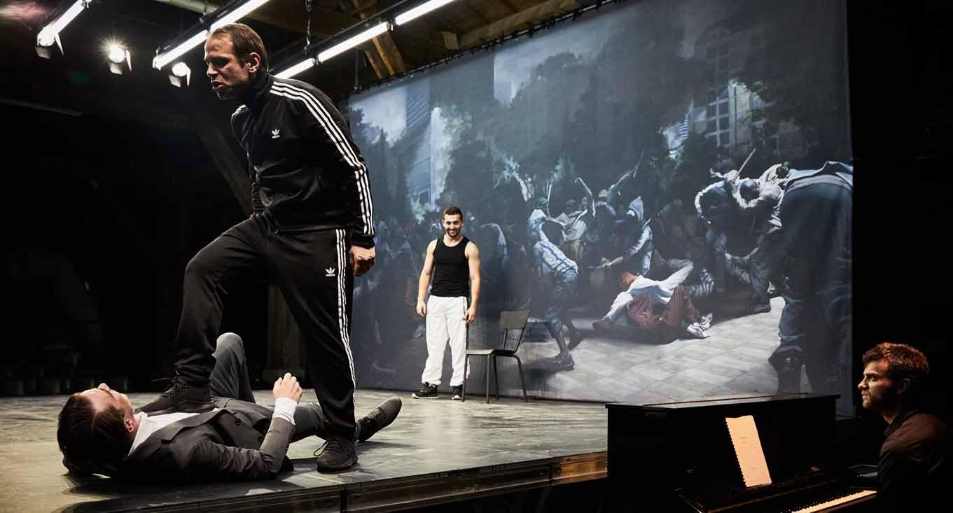Spielpodest vor Gemälde: Einer Gewaltszene von Guillaume Bresson