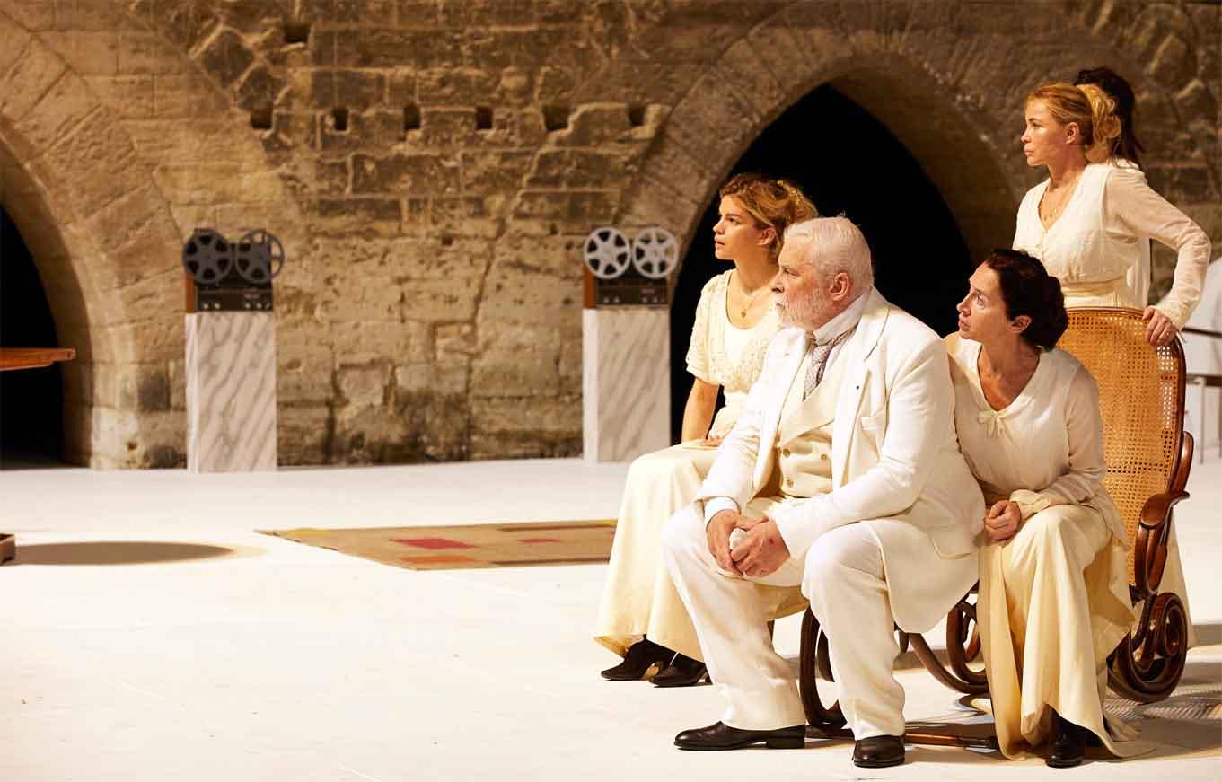 Patriarch mit Töchtern und zweiter Ehefrau
