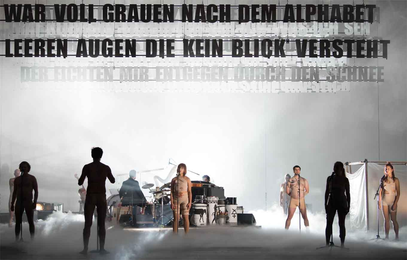 Nebel, Chor, Schriftzüge im Agitprop der Volksbühne
