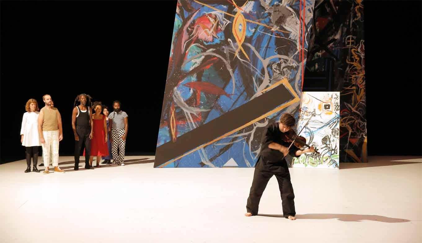 Ensemble neben den Gemälden des Künstlers und Autors Novarina